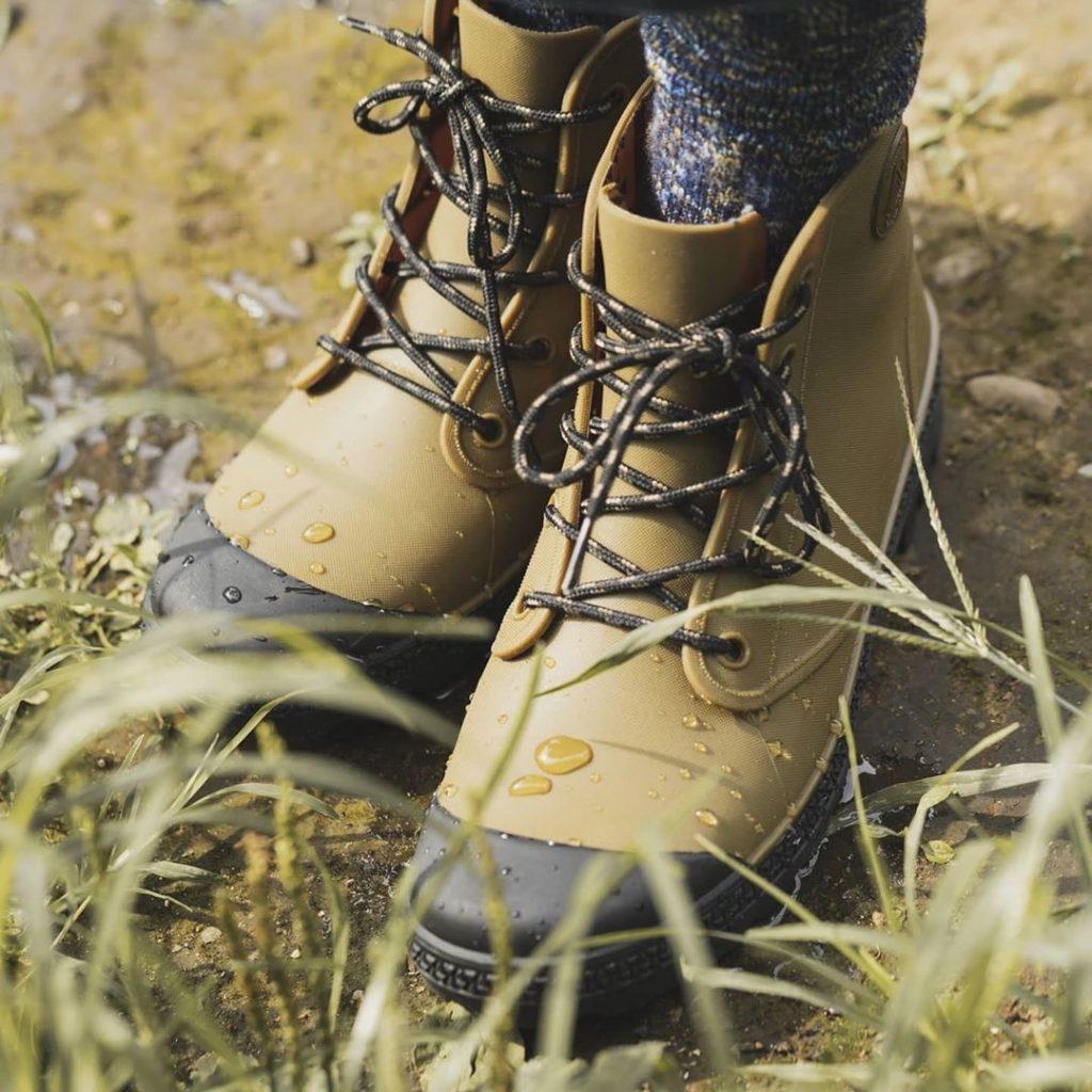 草むらの中にある!ワークマンの防水サファリシューズ 1,500円_製品コード_53497 (workman_bousui_safari_rain_boots_2020)