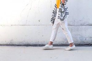 スーツにも似合うのは黒や白など落ち着いた色合い : Sneakers_for_workshoes_ladies_easy