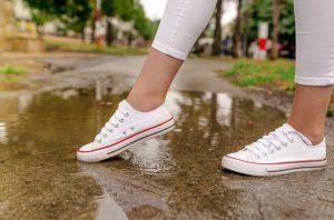 雨の日の通勤も快適な防水性: sneakers_for_workshoes_ladies_waterproof