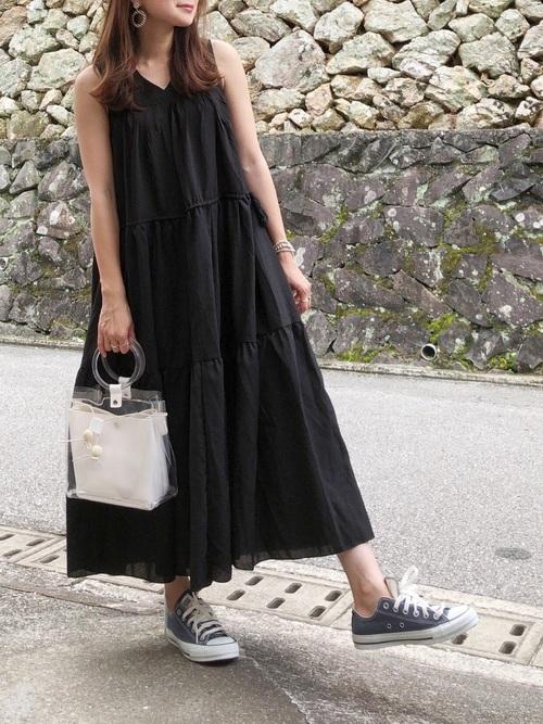抜け感を出したいときはボリュームワンピ×紺色スニーカー navy-sneakers-ladies-style-5