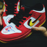 ナイキ SB ダンク ロー プロ ベトナム 25周年 アニバーサリー Nike-SB-Dunk-Low-Vietnam-25th-Anniversary-309242-307-pair-holding