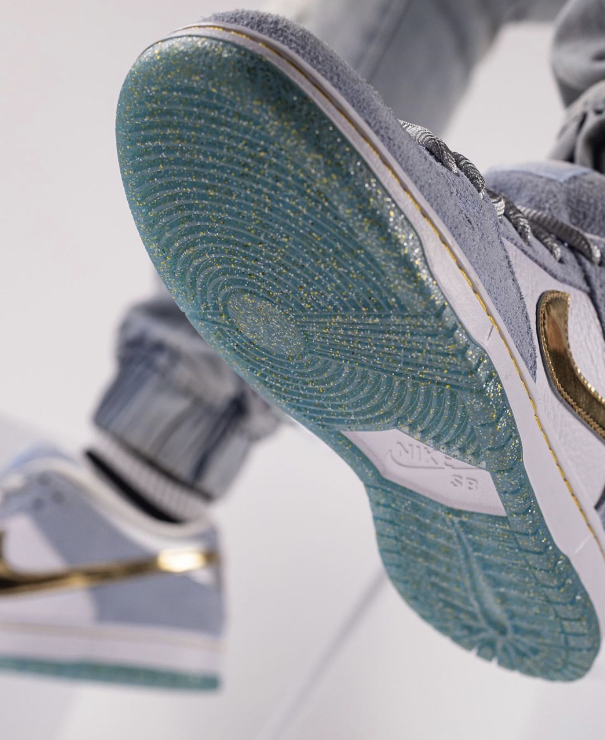 Sean-Cliver-Nike-SB-Dunk-Low-DC9936-100-wearing-sole