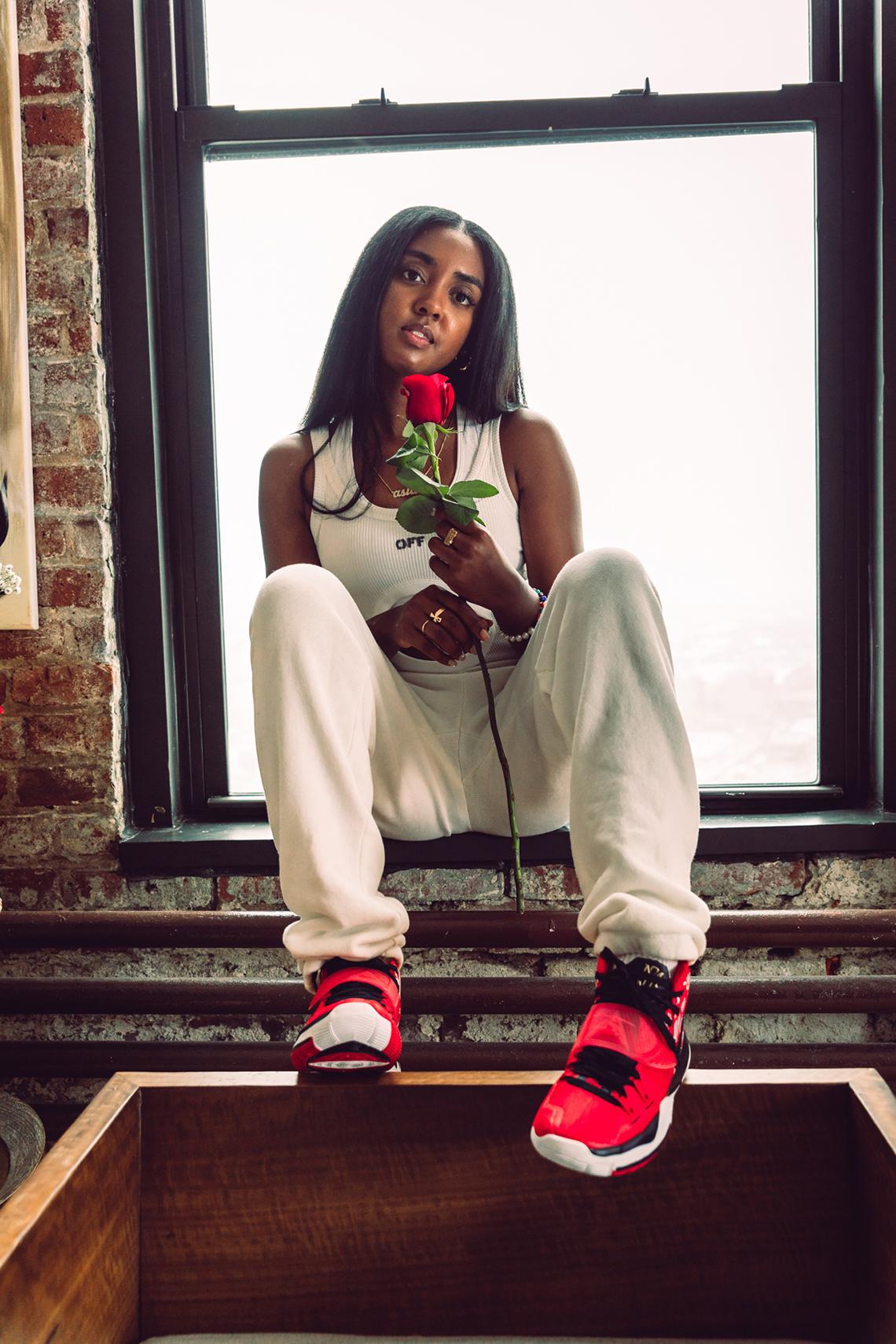 Sneaker Room Nike Kyrie 6 Mom スニーカー ルーム ナイキ コラボ 6 マム image on feet model rose