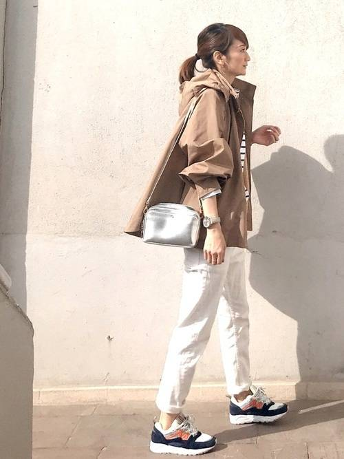 ホワイトパンツを引き立てる大人のカジュアルコーデ navy-sneakers-ladies-style-3