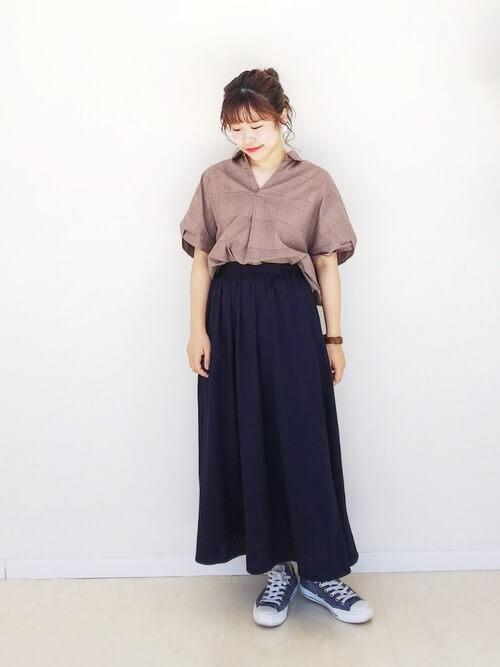 あえて同系色のスカートと組み合わせる旬コーデ navy-sneakers-ladies-style-2