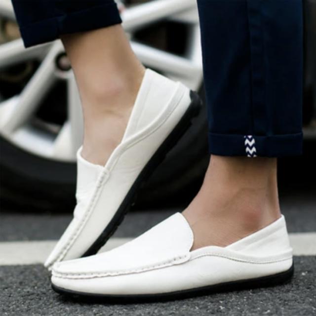 ドライビングシューズで快適な運転を!運転時のスニーカー選び方のコツ: driving_shoes_sneakers_white