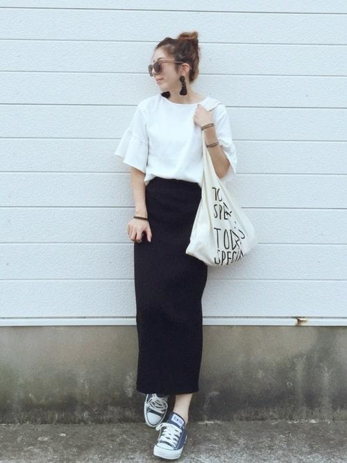 女性らしさ引き立つタイトスカートの足元にスニーカーをプラス: navy-sneakers-ladies-style-1