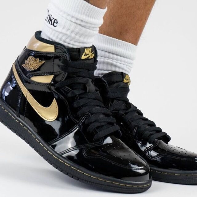 """ナイキ エア ジョーダン 1 レトロ ハイ OG """"ブラック メタリック ゴールド"""" nike-Air-Jordan-1-Black-Gold-555088-032-pair-look"""