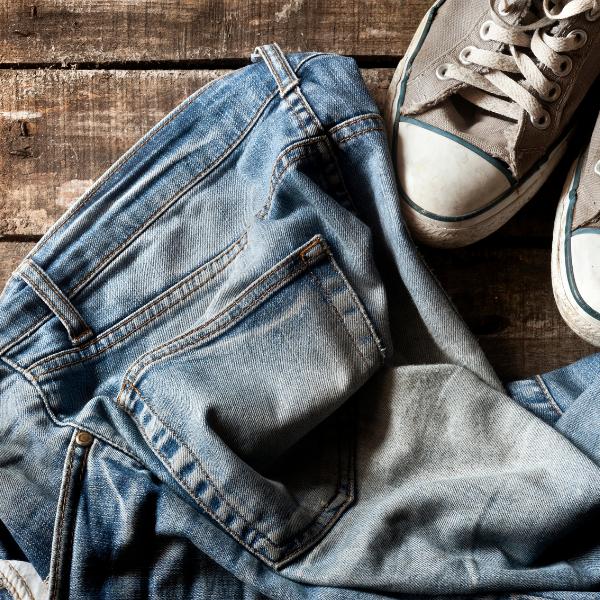 【スニーカー×ジーンズ】色別コーデ|白・黒・グレーの定番カラーの着こなしテク denim_jeans_sneaker_styles