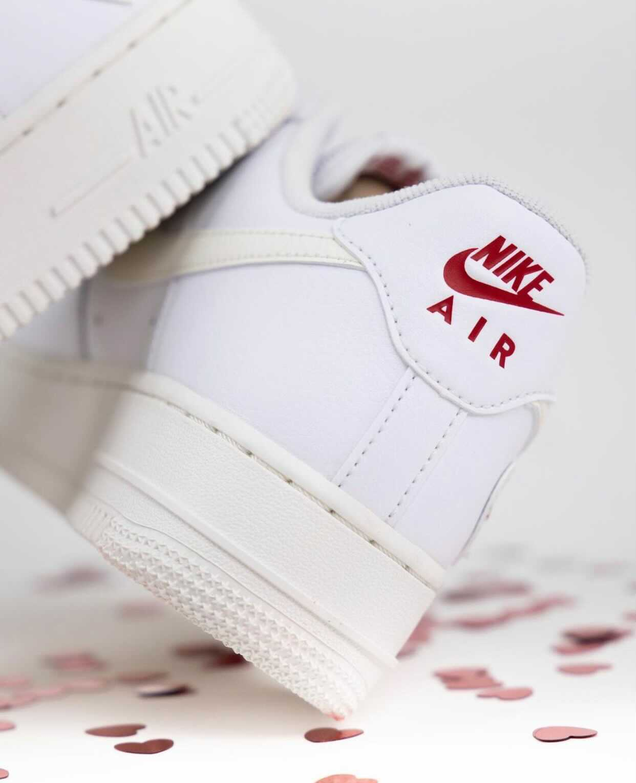 """ナイキ エア フォース 1 """"バレンタインズデー""""-Nike-Air-Force-1-Valentines-Day-DD7117-100-Sneaker News main pair"""