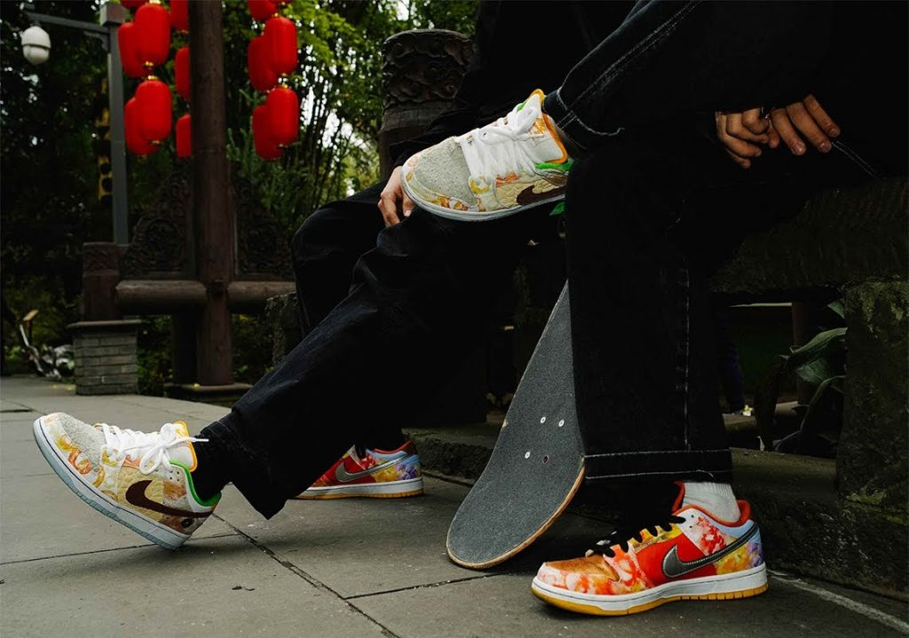 """ジェイソン デング x ナイキ SB ダンク ロー """"ストリート ホーカー"""" Jason-Deng-Nike-SB-Dunk-Low-Street-Hawker-CV1628-800-2-pair-on-foot"""