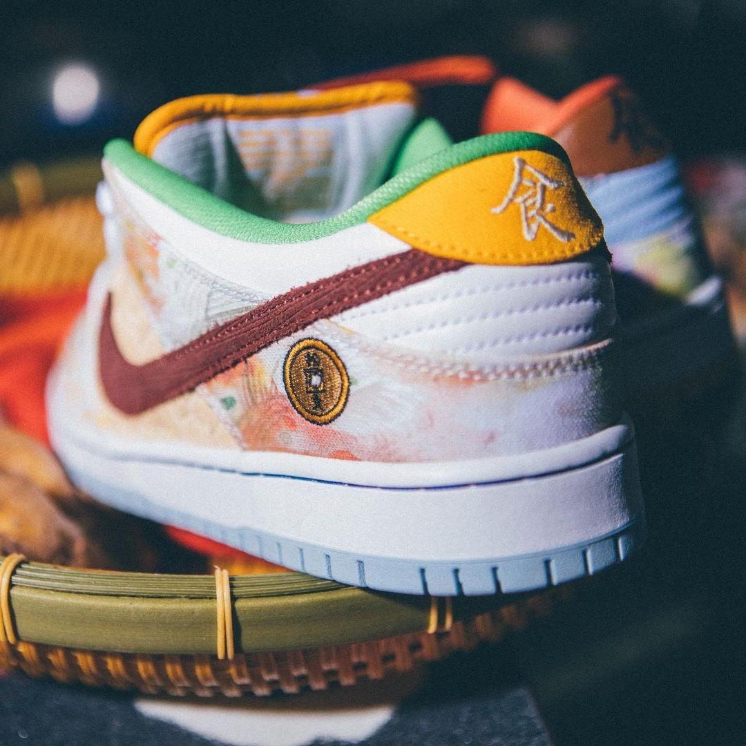"""ジェイソン デング x ナイキ SB ダンク ロー """"ストリート ホーカー"""" Jason-Deng-Nike-SB-Dunk-Low-Street-Hawker-CV1628-800-2-pair-on-foot image"""