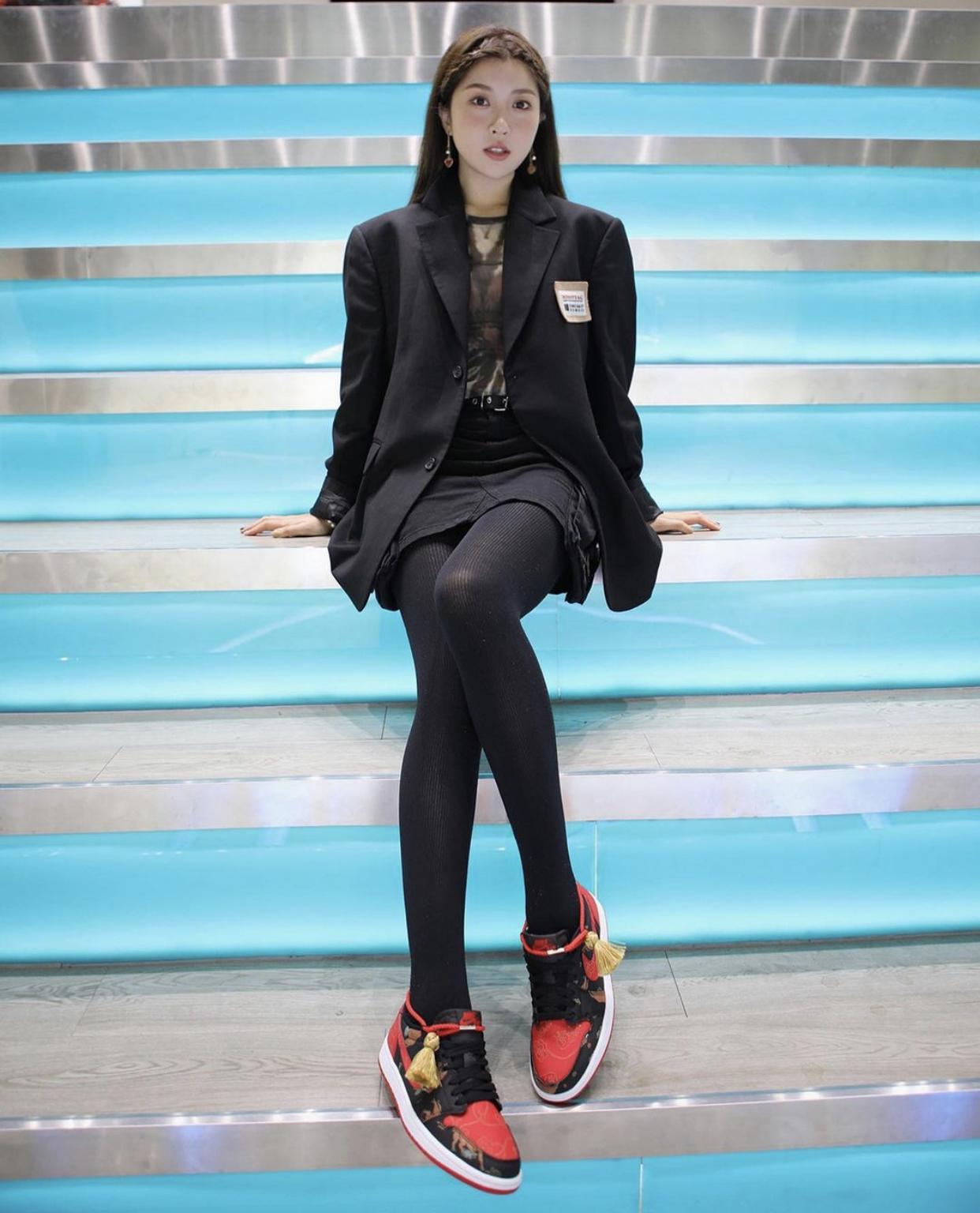 """ナイキ エア ジョーダン 1 レトロ ロー OG """"チャイニーズニューイヤー""""-nike-Air-Jordan-1-Low-CNY-Chinese-New-Year-DD2233-001-pair wearing"""