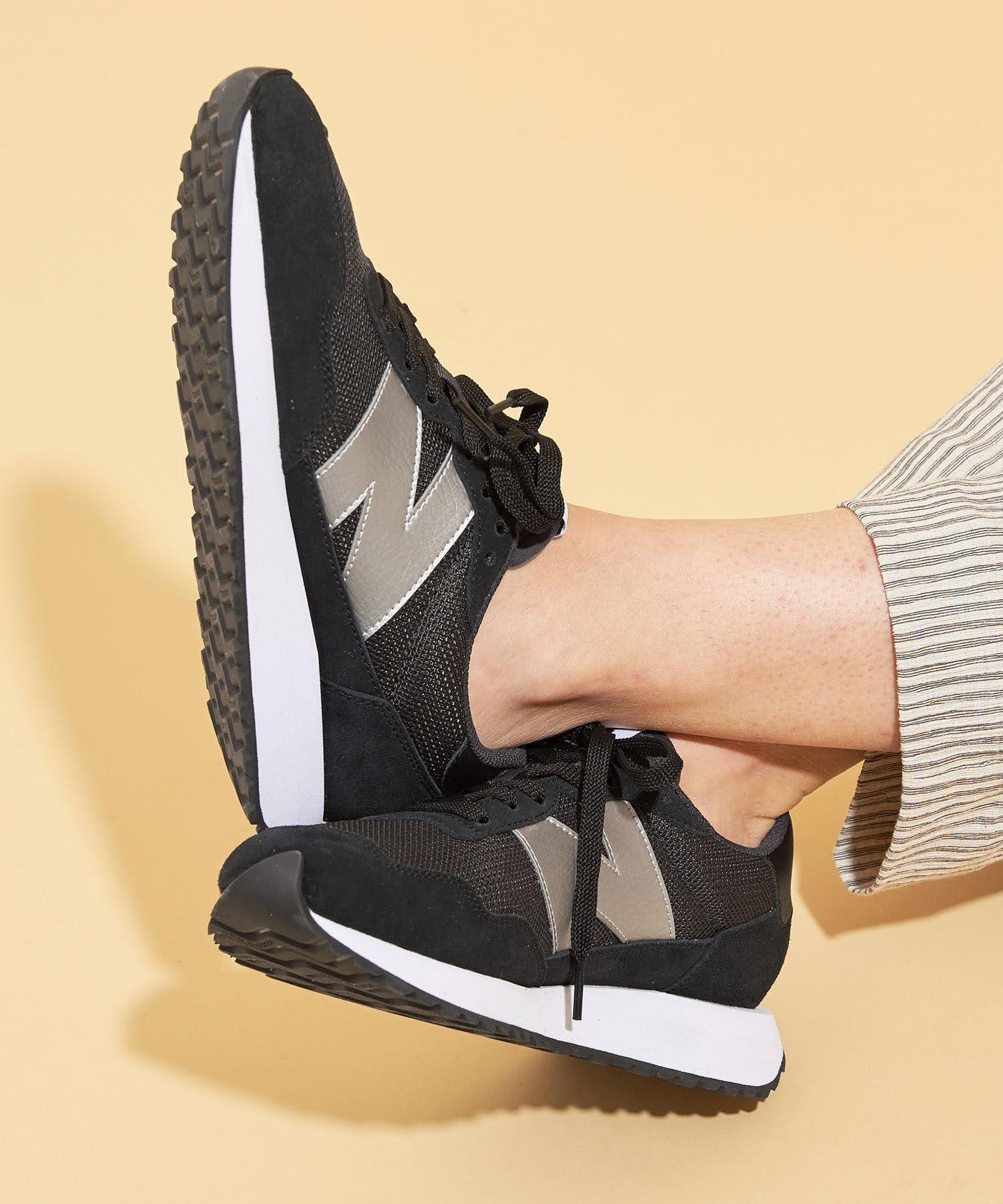 ニューバランス WS237/ ブラック New-Balance-WS237-Black-on-feet-2