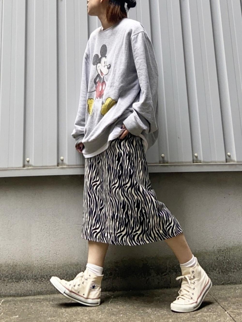 ホワイトハイカットスニーカー×柄スカート high-cut-sneaker-ladies-style-with-printed-skirt