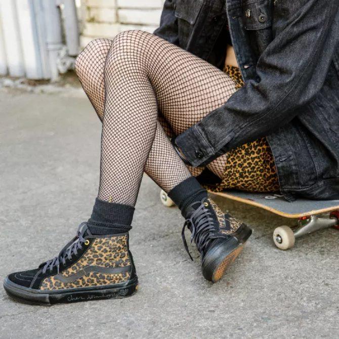 シェール ストロベリー × ヴァンズ スケート SK-8 ハイ デコン cher-starauberry-vans-skate-sk8-hi-decon-cheetah-VN0A5KYB9CY-on-feet