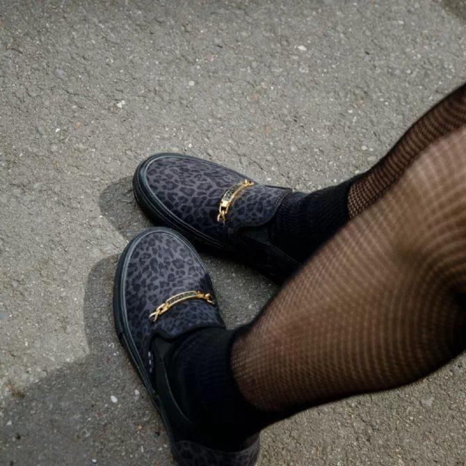 シェール ストロベリー × ヴァンズ スケート スリッポン cher-strauberry-vans-skate-slip-on-cheetah-VN0A5FCA9CY-on-feet