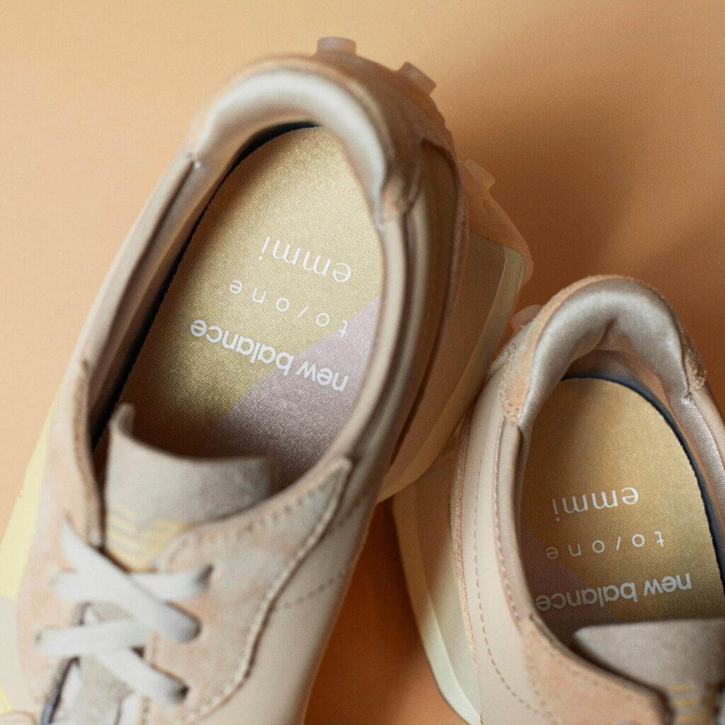 エミ トーン ニューバランス コラボ スニーカー アイシャドウ emmi x toone x New Balance 327 eyeshadow beige sneaker image-02