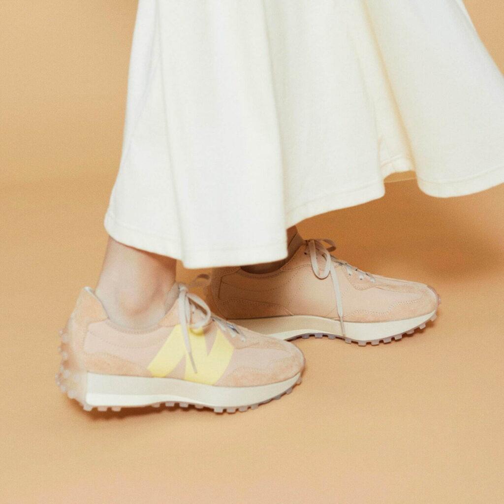 エミ トーン ニューバランス コラボ スニーカー アイシャドウ emmi x toone x New Balance 327 eyeshadow beige sneaker image-03